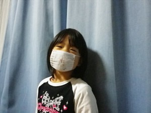 ぷぅ 手縫いのマスクをして