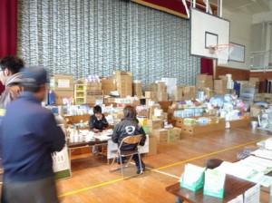 避難所となっている体育館内の物資