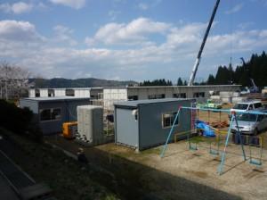 校庭に建設中の仮設住宅