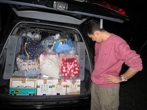 積み込んだ支援物資とおっちゃん