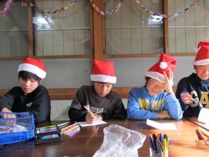 クリスマスカードを書くこどもたち