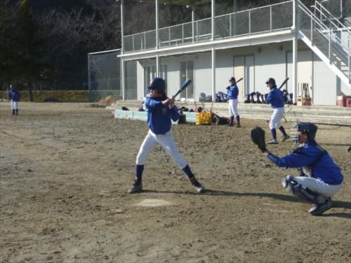 今もまだ仮設校舎で学ぶ東中野球部の練習風景